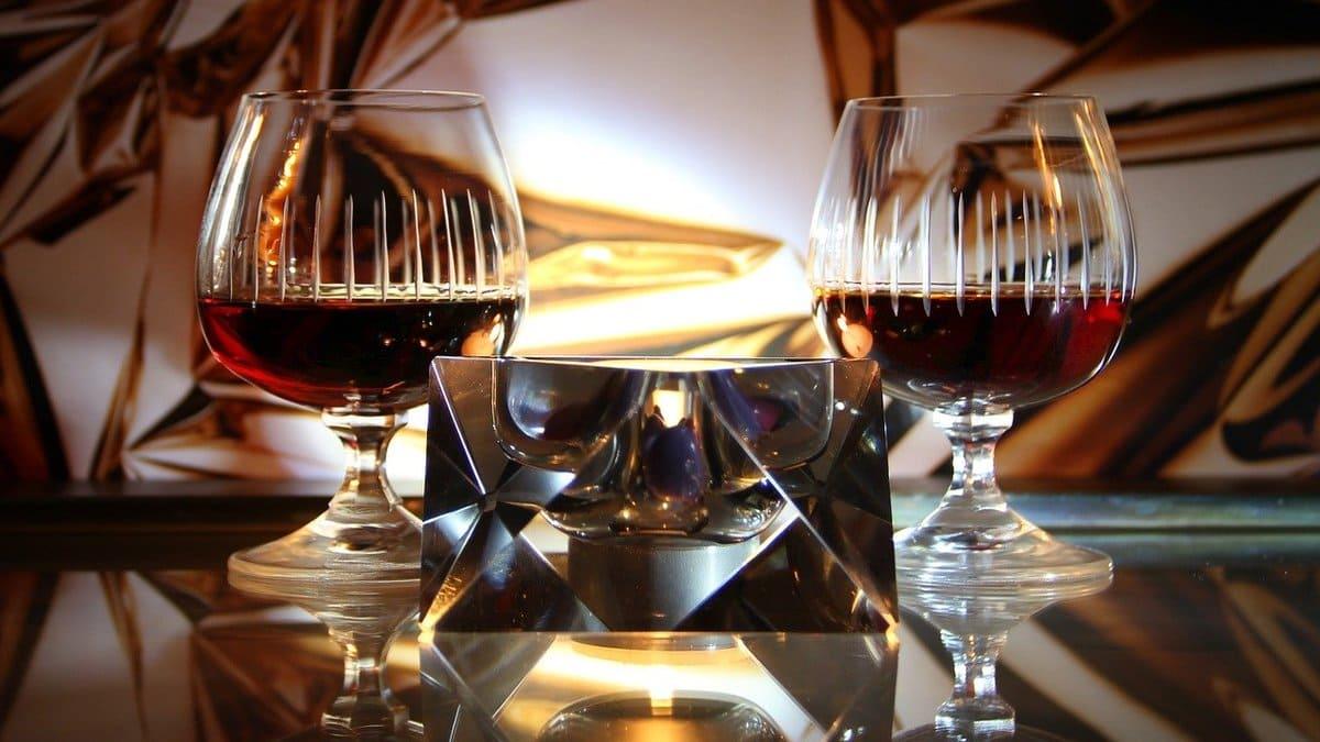 Verres de cognac sur une table en bois